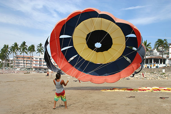 Parachute on the beach ● Photo Archive Harvest Estudio