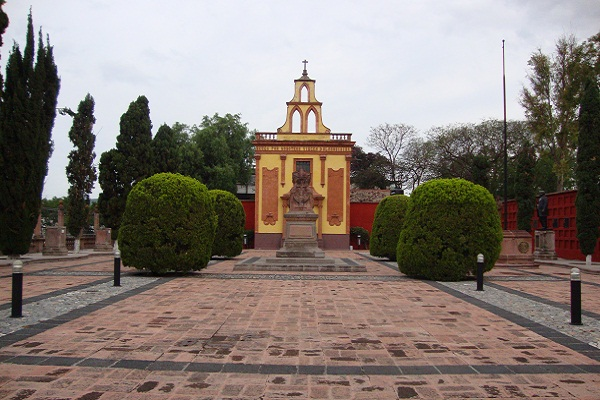 Pantheon of Illustrious Queretanos. A permanent altar to those who fought to give us our country, a space to remember, an enclosure of space, peace and a cemetery where the remains of Doña Josefa Ortiz de Domínguez, her husband Don Miguel Domínguez, Epigmenio González and Don Ignacio Pérez, important figures from Mexico's Independence, rest. ● Photo by Harvest Estudio